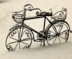 So pretty! Vintage Bicycle in the Winter Snow. Photo Velo, Pimp Your Bike, I Love Snow, Bicycle Art, Cruiser Bicycle, Old Bikes, Janis Joplin, Vintage Bicycles, Winter Scenes