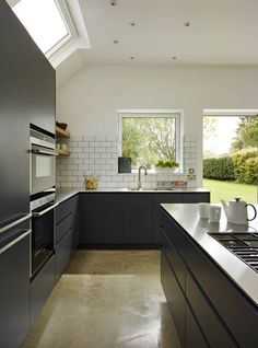 Off black handless kitchen units. Handleless Kitchen, Kitchen Worktop, Kitchen Units, Kitchen Flooring, Outdoor Kitchen Design, Modern Kitchen Design, Interior Design Kitchen, Family Kitchen, New Kitchen