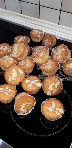 Ατομικά κεκάκια λεμονιού με ηλιέλαιο, γιαούρτι και φιλέ αμυγδάλου. Αυτά τα cupcakes είναι αφράτα και ζουμερά για το πρωινό καφέ ή το κέρασμα στο σχολείο. Muffin, Breakfast, Cake, Desserts, Food, Morning Coffee, Tailgate Desserts, Deserts, Kuchen