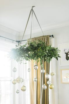 Flip your traditional wreath on its side to create a unique chandelier! || @stylewthinreach