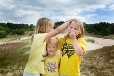 Sisters, fun, zussen, zus, lol, duinen, zomer, geel, yellow, Dutch, Holland, dunes