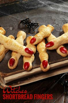 Make these witches shortbread fingers for a spooky treat at Halloween! Make these witches shortbread fingers for a spooky treat at Halloween! Dulces Halloween, Soirée Halloween, Halloween Appetizers, Halloween Dinner, Halloween Food For Party, Halloween Desserts, Halloween Cupcakes, Halloween Treats, Halloween Finger Foods