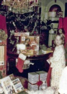 December 1975 Elvis Presley With Lisa Marie Christmas Day – 8 Rare Photos – Elvis Presley Elvis Presley House, Elvis Presley Graceland, Elvis Presley Family, Elvis Presley Photos, Lisa Marie Presley, Elvis And Priscilla, Priscilla Presley, Christmas Past, Christmas Morning