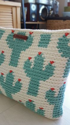 We are making a crochet pattern calendar for 2018 with a Finnish paperhouse Putinki, one new pattern each month. Crochet Pouch, Crochet Quilt, Crochet Purses, Crochet Home, Crochet Stitches, Knit Crochet, Tapestry Crochet Patterns, Tapestry Bag, Arm Knitting