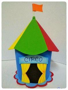 Tenda de Circo em eva Circus Carnival Party, Circus Birthday, Circus Theme, Birthday Parties, Cardboard Crafts, Paper Crafts, Diy Crafts, Circus Decorations, Crazy Hats