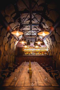 05/12/2014 - Un soffitto rivestito con ventimila bottiglie di brandy e pareti tappezzate con i coperchi delle botti: le essenze dei legni si fondono c