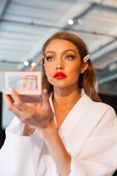 Gigi Hadid's first makeup palette has officially launched Gigi Hadid X Maybelline Jetsetter Palette Estilo Gigi Hadid, Bella Gigi Hadid, Flawless Makeup, Beauty Makeup, Face Makeup, Beauty Tips, Jiji Hadid, Kendalll Jenner, Gigi Hadid Outfits