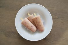 Homemade ijsjes van wilde perzik en yoghurt