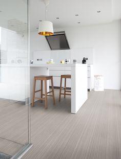 Alaska White Oak - Wit eiken pvc laminaat in houtlook Luxury Vinyl Flooring, Luxury Vinyl Tile, Living Room Flooring, Kitchen Flooring, Tile Flooring, Pose Parquet, Scandinavian Bedroom, Scandinavian Style, White Oak