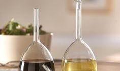 Wine Glass Oil & Vinegar Set. Lo studio di Amsterdam tsu.R Design ha realizzato Wine Glass Oil & Vinegar Set, una coppia di bicchieri di vetro de-costruiti che diventano dei contenitori di olio e aceto. Nel set, acquistabile qui, sono inclusi un imbuto e la spazzola per la pulizia.