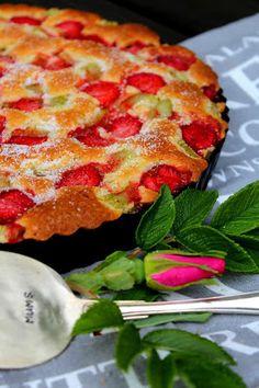 Kakkuviikarin vispailuja!: Mehevä mansikka-raparperipiirakka