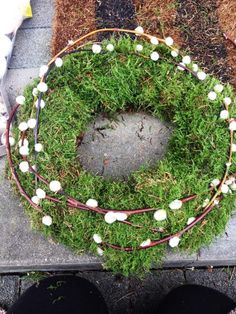 Make a wreath for the front door for Easter yourself: decoration from nature with moss and branches Make wreath for the front door for Easter yourself_Decoration from nature with moss and fresh and light ideas for spring decoration make ol. Diy Spring Wreath, Diy Wreath, Christmas Diy, Christmas Wreaths, Corona Floral, Decoration Entree, Diy Hanging Shelves, Mason Jar Crafts, Easter Wreaths