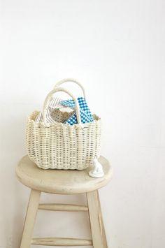 定番のギンガムチェック、ストライプ、ドット柄を、さわやかな白とブルーでまとめて。色柄合わせを楽しむ雑貨/(「はんど&はあと」2013年7月号)