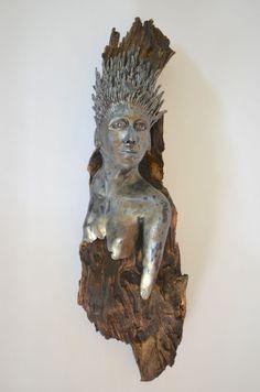 Frauenkopf auf altem Holz, 18 x 14 x 61 cm (BxTxH)