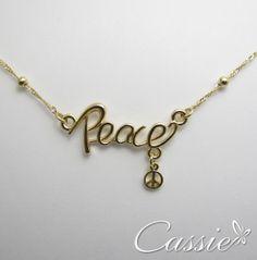 Vamos começar #2014 com muita #Paz!!!! Colar Peace folheado a ouro. #peace #paz #colar #acessórios #folheado #semijoia #cassie #inlove #me #beautiful #cute #cool #pretty #dourado #euquero #instamoda #fashion #tendência #moda