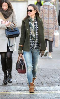 PHOTOS - Pippa Middleton peaufine son look à l'aide d'adorables petites bottines…                                                                                                                                                                                 Plus