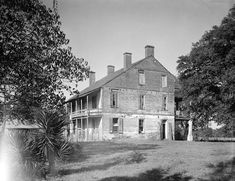 Live oaks Plantation Bains plantation home in Pointe Coupee Parish Louisiana :: State Library of Louisiana Historic Photograph Collection Old Mansions, Abandoned Mansions, Abandoned Buildings, Old Buildings, Abandoned Places, Old Southern Homes, Southern Mansions, Southern Style, Southern Comfort