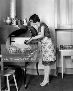 1920s HOUSEWIFE AT STOVE COOKING Stock Photo - Premium Rights-Managed, Artist: ClassicStock, Code: 846-06111868