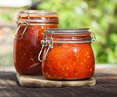 Are you interested in making a highly flavorsome salsa with fresh seasonal ingredients? This roasted tomatillo salsa rec. Canned Tomato Recipes, Canning Recipes, Chutney, Sin Gluten, Cilantro, Kerr Jars, Roasted Tomatillo Salsa, Homemade Ketchup, Paleo