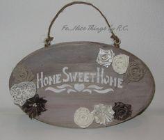 Targhetta di legno shabby chic con stencil e fiori di stoffa handmade