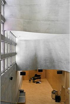 Simmons Hall at MIT/ Steven Holl The movie/piano room.