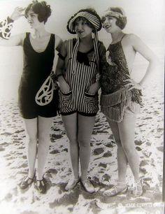 Mack Sennett Bathing Beauties, ca. Mack Sennett Bathing Beauties, ca. 20s Fashion, Fashion History, Vintage Fashion, Beach Fashion, Vintage Bathing Suits, Vintage Swimsuits, Fotografia Retro, Style Année 20, 1920 Style