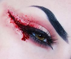 Bloody Eyeliner Is the Creepy Halloween Look That's a Costume All by Itself Who knew blood could look so … chic? Scar Makeup, Makeup Eye Looks, Creative Makeup Looks, Fx Makeup, Makeup Ideas, Makeup Inspo, Halloween Sanglant, Bloody Halloween, Cute Halloween Makeup