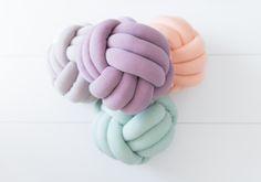 Kinderkamerstylist voor Cozykidz via www. Knot Cushion, Knot Pillow, Kids Pillows, Throw Pillows, Tumblr Rooms, Cozy Room, Pretty Pastel, Diy For Kids, Cat Furniture
