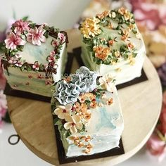 Those buttercream flowers are stunning, would make for sweet wedding cakes. Gorgeous Cakes, Pretty Cakes, Cute Cakes, Amazing Cakes, Flores Buttercream, Buttercream Cake, Fancy Cakes, Mini Cakes, Cupcake Cakes