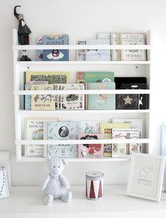 Värimaailma - harmaata, punaista, valkoista, mustaa book display ideas