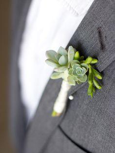 Boutonniere con plantas suculentas, para estar a la última https://innovias.wordpress.com/2016/05/16/ramos-de-novia-con-suculentas-by-innovias/