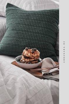 Für unsere zeitlose Kissenhülle Anadia wird reine Baumwolle in Jacquard-Bindung verwoben. Arrangieren Sie Anadia als Deko auf Ihrem Sofa im Wohnzimmer, oder kombinieren Sie die Kissen mit der passenden Tagesdecke der gleichnamigen Kollektion für einen einheitlichen Look im Schlafzimmer. Entdecken Sie handverlesene Heimtextilien und Wohnaccessoires in höchster Qualität im Online Shop von URBANARA.
