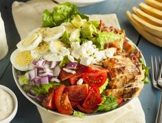 Csirkemellsaláta gazdagon (Cobb saláta) Recept képpel - Mindmegette.hu - Receptek Salada Cobb, Salad Recipes To Lose Weight, Frutas Low Carb, Cobb Salad, Kale Superfood, Lunches And Dinners, Meals, Avocado Salad Recipes, How To Make Salad