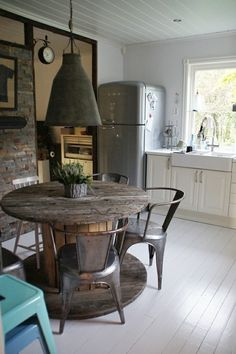 Love this wire wheel table///back to the 70's when i had one of these in my conch house in oldtown keywest.  free and easy to accomodate lots of guests.