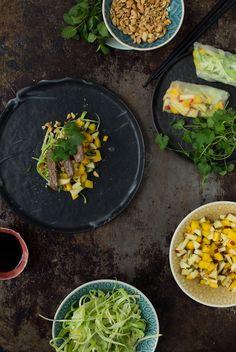 En nem opskrift på friske vietnamesiske forårsruller med oksekød, mangosala og sesam. Den her ret er hurtig og smager lækkert.