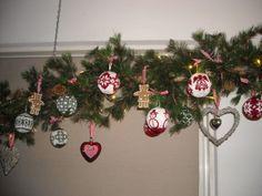 kerstdecoratie met de gebreide kerstballen van Arne &Carlos