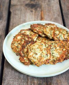 Griekse courgettekoekjes met feta en verse kruiden. Een lekker makkelijke snack of bijgerecht.