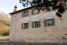 Noten an der Fassade Berg, Spaces, Mansions, House Styles, Home Decor, Restore, Sheet Music, Switzerland, Decoration Home