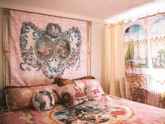 Welcome to Peacoquette , elegant whimsy for your home decor and personal apparel needs. Creator Sarah Mason Walden brings the fabulous to the mundane and infuses everyday life with her treasures from the depths of history.