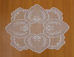Crochet centro de mesa (Handmade.) Crochet Tablecloth Pattern, Crochet Placemats, Crochet Doily Patterns, Crochet Motif, Crochet Doilies, Crochet Lace, Filet Crochet, Animal Print Rug, Diy And Crafts