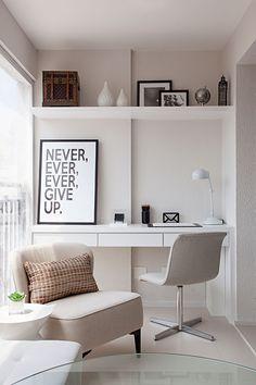 Decoração de apartamento pequeno e clean. No escritório, home office, sala de estudos, luminária de mesa branca, cadeira branca, escrivaninha branca.    #decoracao #decor #details #casadevalentina