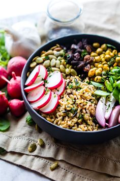 Nourishing Garden Veggie Vegan bowl This wholesome and healthy Buddha bowl recipe, (aka hippie bowls) is filled with ancient, garden veggies, crunchy peas and seeds, and lots of superfood ingredients. Healthy Meals For Two, Good Healthy Recipes, Healthy Foods To Eat, Healthy Snacks, Vegetarian Recipes, Healthy Eating, Kebabs, Clean Eating, Free Meal Plans