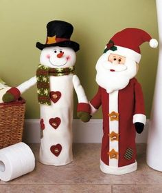 This soft fabric snowman stores rolls of toilet paper under wraps and serves as part of your holiday decor. Christmas Sewing, Felt Christmas, Christmas Snowman, Christmas Time, Christmas Stockings, Christmas Ornaments, Snowman Crafts, Felt Crafts, Holiday Crafts