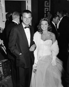 Julie London (singer and actress) and Bobby Troup. (Jazz musician, writer and actor). Celebrity Couples, Celebrity Weddings, Old Hollywood Stars, Hollywood Party, Hollywood Style, Classic Hollywood, Famous Couples, Famous Women, Famous People