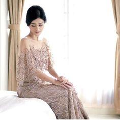 Model Kebaya Mewah Modern Tanpa Hijab Model Kebaya Brokat Modern, Dress Brokat Modern, Modern Kebaya, Graduation Dresses Long, Big Wedding Dresses, Bridesmaid Dresses, Gaun Dress, Dress Pesta, Kebaya Lace