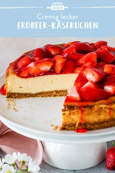 Strawberry Cheese Cake-Erdbeer-Käsekuchen A light cheesecake with fresh strawberries and a delicious biscuit base. The icing on the cake makes the strawberries shine beautifully and makes the cake the perfect spring recipe. Light Cheesecake, Easy No Bake Cheesecake, Best Cheesecake, Homemade Cheesecake, Classic Cheesecake, Strawberry Cheesecake, Strawberry Recipes, Food Cakes, Cheesecake Tradicional