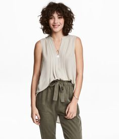 Sleeveless blouse in woven, crêped fabric. Small stand-up collar, V-neck at front with pleats, and yoke with pleat at back. Curly Hair Cuts, Curly Bob Hairstyles, Long Hair Cuts, Curly Hair Styles, Wavy Hair, Manish Fashion, Parted Bangs, Sustainable Clothing, Sleeveless Blouse