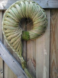 Grass wreath--'seashell' wreath on beach house door?A Love Grass wreath from NaturDesign on Etsyshredded and plated grasses/ flaxThis might be a nice front door wreath to replace the Christmas one we have hanging now (which needs to be taken down thi Door Crafts, Wreath Crafts, Flower Crafts, Flower Art, Art Floral, Deco Floral, Floral Design, Flax Weaving, Willow Weaving