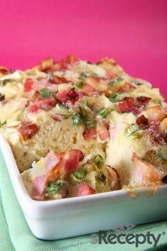Mouku, prášek do pečiva a sůl prosejte do mísy. Přidejte jogurt s vejcem. Vymíchejte hladké těsto. Omyté a osušené cibulky nakrájejte na kolečka i s natí. Misku nebo zapékací formu vymažte rozpuštěným tukem a vysypte moukou. Těsto rozetřete do formy. Troubu vyhřejte na 180°C. Slaninu s tvarůžky nakrájejte na kostičky a promíchejte s cibulkami. Směsí posypte povrch koláče a mírně ji k těstu přitlačte. Poprašte pepřem, posypte kmínem a můžete mírně osolit. Vložte do trouby a pečte asi 30–35… Potato Salad, Pizza, Potatoes, Ethnic Recipes, Food, Potato, Essen, Meals, Yemek