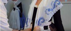 """Nou vídeo per aprendre a col·locar el mocador de pit a la manera """"solta"""""""